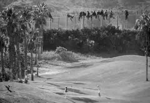 Imagen-•La fotografía, tomada esta mañana por José Palazón, muestra el contraste entre ambos lados de la valla que separa Marruecos de Europa • <!-- google_ad_section_start --> Los inmigrantes llevan encaramados varias horas en la valla ante el miedo de que la Guardia Civil los deporte inmediatamente  <!-- google_ad_section_end --> Fuente: eldiario.es