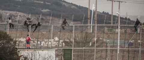 Imagen-Espana: Cerca de 200 inmigrantes han intentado saltar la valla de Melilla pero ninguno lo ha logrado