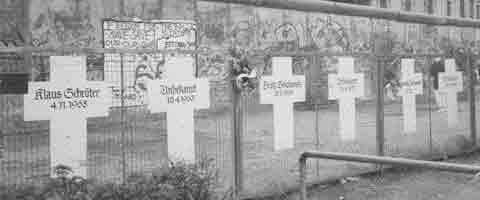 Imagen-Un colectivo Aleman traslada cruces de victimas del Muro de Berlin a la frontera de Melilla